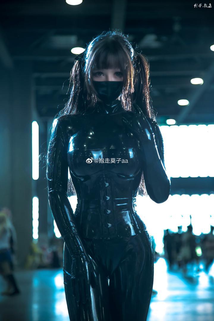 「漫展萌妹子」抱走莫子aa紧身乳胶衣Cosplay!