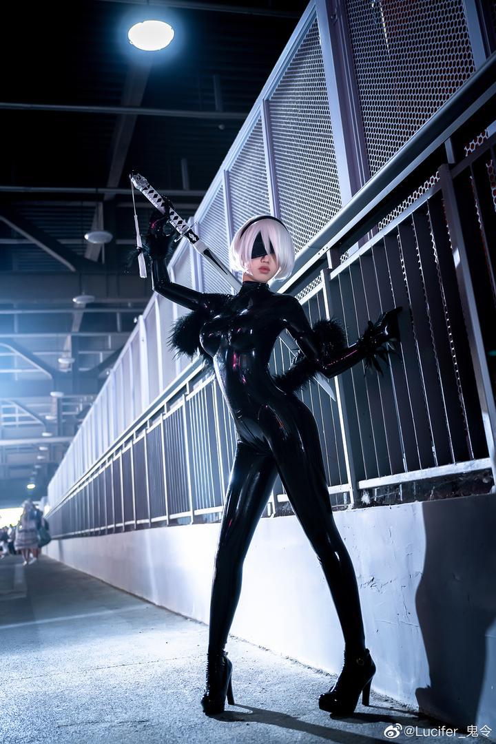 《尼尔:机械纪元》2B紧身乳胶衣Cosplay!